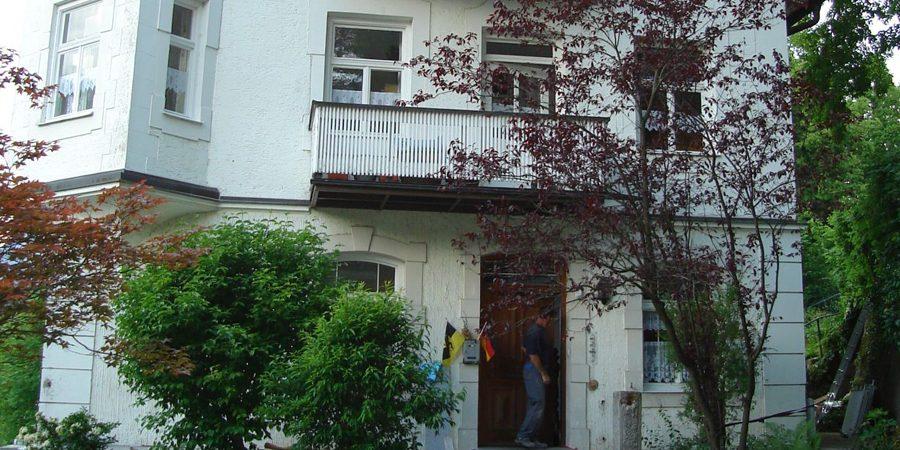 Hauseingang vor den Malerarbeiten durch Christian Leupold in Füssen.