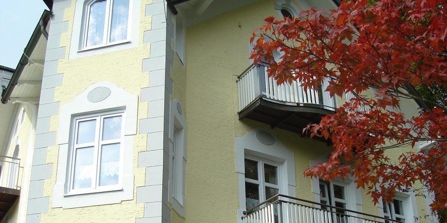 Balkon mit neuem Anstrich.